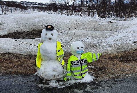 FREDAGSHUMOR: Politiet i Røros og Holtålen ønsket god helg med å introdusere et par kalde karer på grensa på Vauldalen i mai. Nå har politiet skrevet grenseråd på rim.