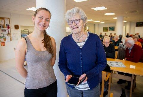 HAR LÆRT MYE: Thea Nissen (18) og Anna Marie Aasen har stor glede av hverandre og Anna har fått tatt i bruke en rekke nye funksjoner på mobilen sin.