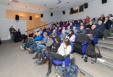 Interesserte: Mange hadde møtt opp for å høre om det nye prosjektet med sherpatrapp opp Vinnu. Her snakker Geirr Vetti til forsamlingen.