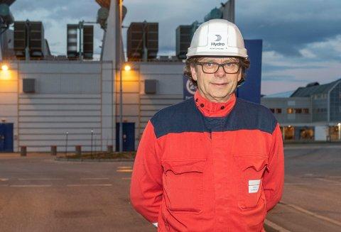 Bidrar: Fabrikksjef Roar Ørsund er med å gi penger til spleisen.
