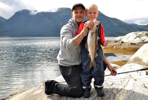 Fiskelykke: Kristian Vedal dansa nesten krigsdans då pappa Hans Kristian Vedal fekk dratt fisken hans på land. - Det er jo du som får fisk, sa ein stolt pappa.