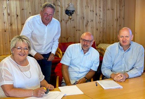 Ordfører Inger Løite, næringssjef Ole Andreas Liljedahl Sandberg (bak) og utbyggerne Audun Wallmark Pettersen og Klas Lønne signerer salgsavtalen på det nye boligområdet på Brokelandsheia.