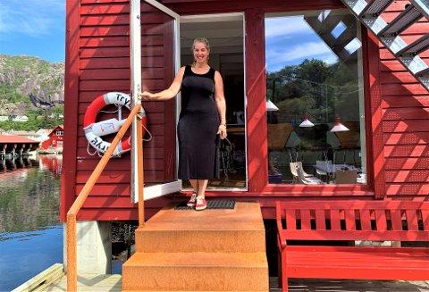 VELKOMMEN: Tina Marie ønsker velkommen til sjøhuset de leier i Åna-Sira