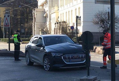En bilist krasjet denne bilen i trikken i Henrik Ibsens gate mandag ettermiddag.