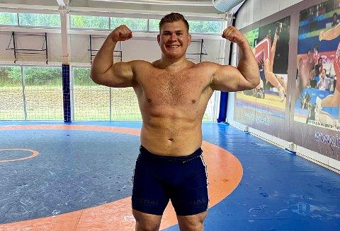 MUSKELBUNT: Oskar Marvik går i 130-kilosklassen. På en dag spiser han opp mot 7000 kalorier.