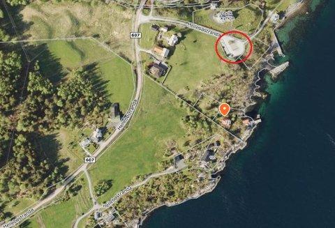 FEIL: Ove Lavik si hytte har fått adresse Hellebøstranda 122. Det blir feil, meiner han. Dei parkerer på parkeringsplassen ved kyrkja (raud ring). Derifrå går det ein sti til hytta.