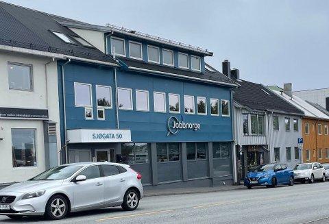 Legges ut: Næringsbygg  i Sjøgata med kontorer og to leiligheter legges nå ut for salg.