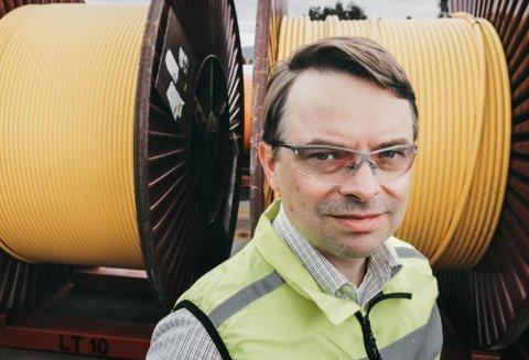 – Det er ikke en selvfølge at vi har disse viktige industribedriftene dersom de ikke får tilført nødvendig og etterspurt kompetanse, sier fabrikksjef Karl Peter Johansen.