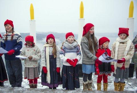 Denne aller første av fire adventssøndager det barnekoret fra Biskopshavn kirke som synger  under lystenningen på Fløyen. FOTO: SVERRE HJØRNEVIK)