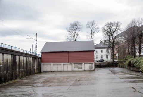SOLGT FOR TI MILL: Dette lagerbygget i Kalfarveien er ikke blant de mest fornemme av eiendommene i området. Likevel ble det solgt for hele ti millioner kroner nylig.