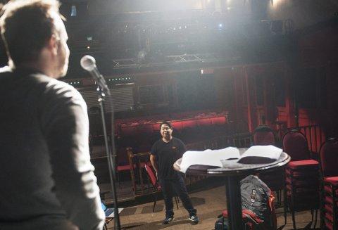 Christoffer Schjelderup (med ryggen til) og Ole Soo går inn i siste fase før Schjelderups show «Tro, hat og ærlighet» har premiere på Ricks 18. januar.