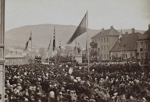 Den 17. mai 1868 ble landets første personstatue, Christie-støtten, avduket på Torgallmenningen.