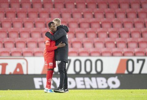 Daouda Bamba var endelig tilbake på Brann-laget, og markerte det med scoring. Etter kampen ventet en god klem fra trener Lars Arne Nilsen.