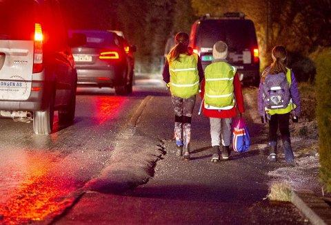 – Det hjelper så lite at sekken har refleks hvis barnet ikke har sekken sin på, skriver taxisjåføren. Arkivfoto: Anders Kjølen