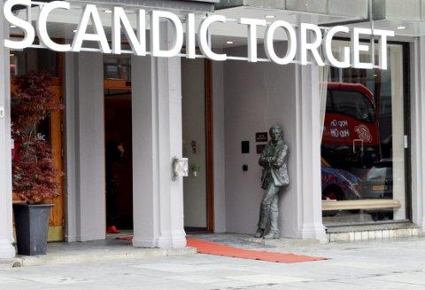 Varg Veum i sin karakteristiske stil vil fra nå av ta imot gjestene til Scandic Torget som hotellet nå heter. Antall rom er nå kommet opp i hele 173, en økning på 75 fra det gamle Strand Hotel. (Foto:  TOM R. HJERTHOLM)