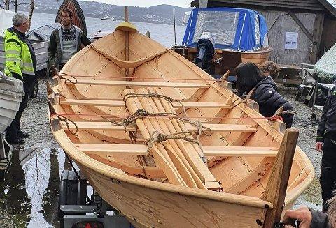 Her står den elegante seksæringen på trygg grunn i Sandviken etter å ha blitt fraktet fra Hardanger. Det er Kenneth Kippersund (t.v.) og Erik Sunde Apelthun som har gjort jobben.