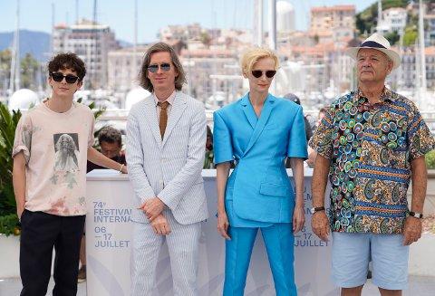 Timothee Chalamet, Wes Anderson, Tilda Swinton og Bill Murray poserer for fotografene i Cannes 13. juli i år. Torsdag vises «The French Dispatch» i Bergen.