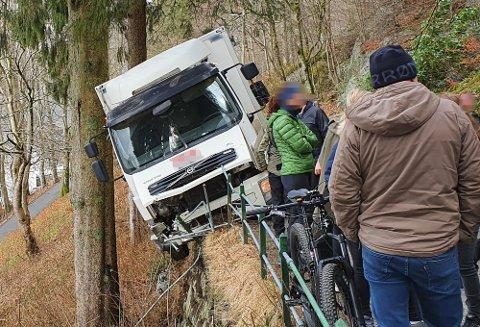 Slik hang lastebilen som hadde råkjørt opp Fjellveien, utfor søndag.