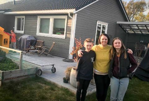 Flyttet: Marius (10) til venstre og Mathilde (13) med mamma Inger Louise i midten. Helt i venstre hjørne er yngstemann i familien, Henrik (8).
