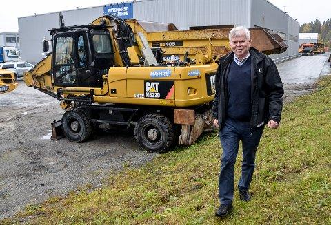 I JOBB: Selv om Skretteberg fyller 70 på søndag, er han fortsatt stadig på jobb i Vikersund, hvor han dokumenterer og sertifiserer modifikasjoner på Hæhres små og store anleggsmaskiner.