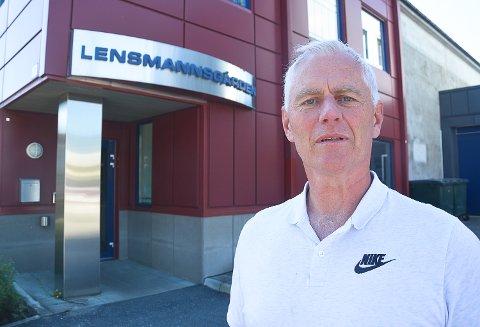 SAVNER LENSMANNEN: Ordfører Ståle Versland utenfor sin gamle arbeidsplass ved Modum lensmanns kontor. - At lensmennene ble fjernet i forbindelse med politireformen er helt uforståelig, mener Versland.