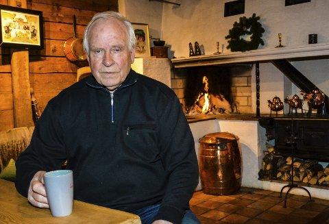 80 år: Ole Jan Hansen kan se tilbake på et svært spennende liv. Blant annet bygde han opp Senterbygg fra bunnen og hadde til slutt 120 ansatte på lønningslista. Her er han fotografert på Sundhaugen skysstasjon stedet som er en hobby for han og kona Inger Wenche.