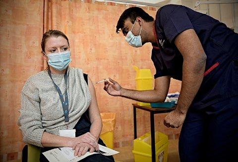 VAKSINERT: Ida Fossum Humphris får første dosen som skal beskytte mot covid-19. Sykepleier Vikal Nethaji setter sprøyten på Churchill-sykehuset i Oxford. Foto: Nina E. Rangøy, VG