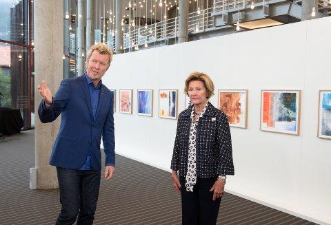"""TIL NEDRE EIKER: Dronning Sonja og Magne Furuholmen kommer med utstillingen """"Texture"""" til Steinberg. Her fra utstillingen i Bergen."""