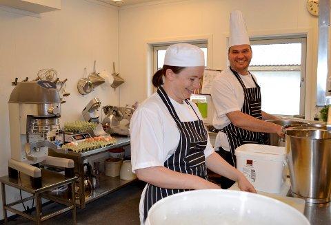 Kostøkonom Randi Solli og kjøkkensjef Norman Both sørger for restaurantstandard på Sandetun.