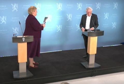 Her får Erna Solberg overrekt rapporten.