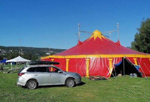 SIRKUS: Teltet er leid gjennom bedriften Maxitelt, men ettersom daglig leder bærer det norske sirkusnavnet Berny, er det ikke utenkelig at teltet kan ha vært på farten med det omreisende Cirkus Berny på 1980-tallet.
