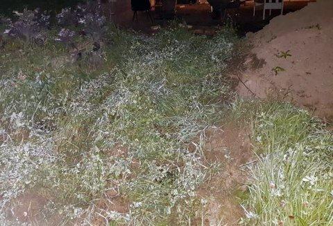 ULYKKE: ATVen ble kjørt av jordet og opp mot huset. I bakgrunnen satt festdeltakere rundt utegrillen. Ifølge politiet var det ikke tegn til bremsespor. – Vått og sleipt, mente ATV-føreren.