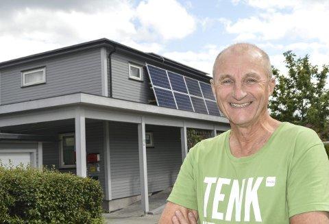 Miljøforkjemper: Dag Arne Roum fra Ytterkollen er den første i distriktet som har installert solcelleanlegg på huset sitt. – Vi må tenke på miljøet, og jeg vil være et forbilde for andre, sier han. Han blir ikke selvforsynt med strøm, – Men jeg er på god vei. Nå dekker anlegget rundt 30 prosent av forbruket på årsbasis, sier Roum stolt.