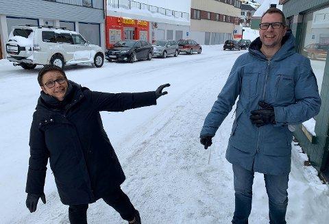 HOLD AVSTAND: Rektor Eli skille og assisterende rektor Stian Høyen holder humøret oppe i disse dager hvor undervisningen har gått over til å bli heldigital.