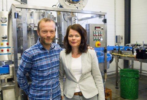 GÅR GODT: Espen Lothe og kona Ann-Magritt Banne  har drive Kinn bryggeri sidan 2009.