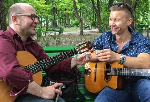 Jørn-Lasse Refsnes og  Igor Socican (t.v.) har halde konsert saman før, men no har dei invitert med eit knippe musikarvener som sikrar ein variert konsert med noko for ein kvar smak i Speglsalen på Flora samfunnshus.