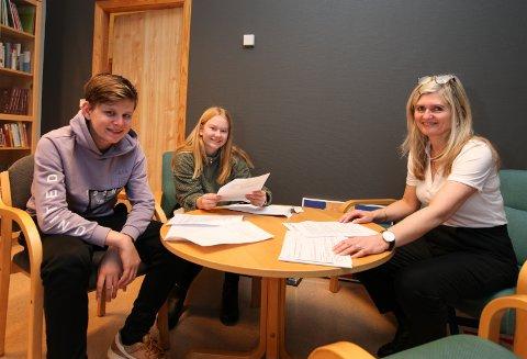 MØTTE MELBY: 13. åringane Henrik Bovim og Pia Hovland Orre møtte måndag statsråd Guri Melby på nett. Her med rektor Kari Vårdal.