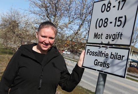 SKILTING: Anita Eikevik, dagleg  leiar i Florø Parkering på parkeringsplassen i enden av Markegata.