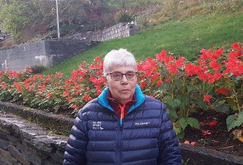 OMSVERMA: Inger Karin Fosshaug er omsverma når ho er i hagen sin, men ho skulle gjerne vore merksemda forutan.