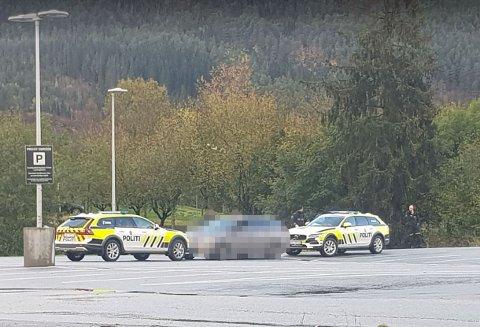 ARRESTERT: Ein mann vart arrestert  på parkeringsplassen utanfor Biltema i Førde.