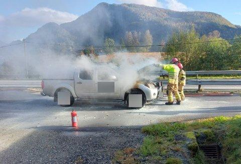 FLAMMAR: Ein bil tok tysdag fyr ved Bruland. Brannvesenet rykte ut til staden og fekk sløkt flammane.