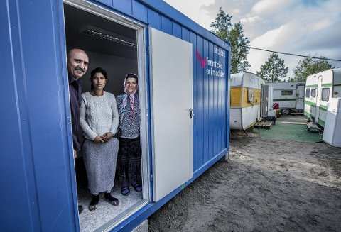ROMLEIREN PÅ LISLEBY: Det er satt opp to slike containerbrakker med toalett, dusj og kokemuligheter. Nacu Traian, Calin Nuta og Toma Ramona viser frem anlegget.