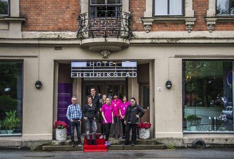 SLUTT: Petter Faye Lund (til venstre) bekrefter at det snart er slutt for Hotel Fredrikstad i Nygaardsgaten 9 etter at bygningen har fått nye eiere. Bildet ble tatt da hotelleieren kunne rapportere om fantastiske måneder i sommer.
