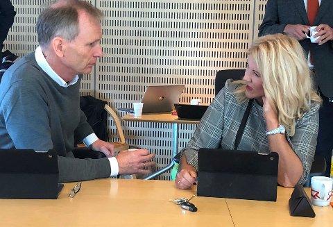 KRITISKE: Truls Velgaard og Rita Holberg (begge Høyre) var kritiske til oppfølging av varslergranskningen da den kom til formannskapet i fjor høst.  Nå vil Holberg stramme grepet for å sikre at varslere ivaretas og følges opp på jobben.