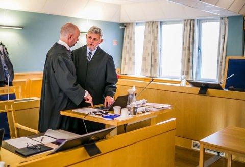 Advokat Hans-Are Nyheim (til høyre) og Einar Brunes representerte saksøkerne i den første delen av saken. – Man kan ikke forholde seg til noe sånt, sa Nyheim om deler av dokumentasjonen fra kommunen i tingretten. De var kritiske til at det hadde vært vanskelig å få ut dokumenter.