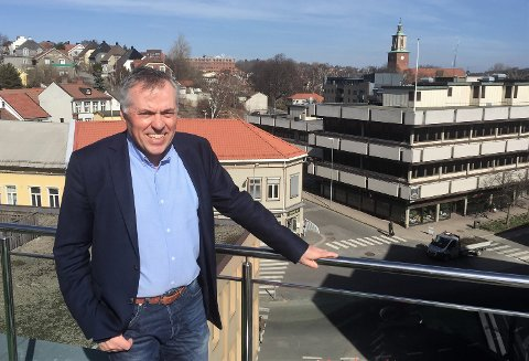 Kjell-Arne Græsdal, daglig leder i Fredrikstad Næringsforening, er skuffet over at regjeringen på den ene siden vil oppheve momsfritaket på varer under 350 kroner – og samtidig frita varer under 3.000 kroner for toll.