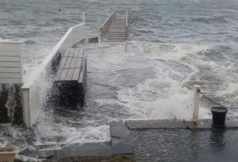 TØFFE TAK: Vinterværet står hardt på i Krogstadfjorden, og det er sterke krefter i sving når flo, bølger og vind setter hele brygga under vann.