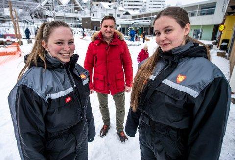 Fra venstre er Hedda Vatn (18) og og Emilie Ingvoldstad Larsen (18), begge lærlinger i Kiæråsen barnehage. Ingar Løkkeberg Jansen sier kommunen søker 60 nye lærlinger i år.