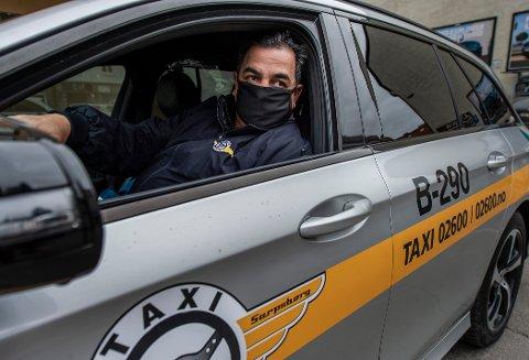 Drosjesjåfør Salam Mahgi føler seg utsatt når han er på jobb. – Mange taxisjåfører har blitt smittet, sier han. Stian Enghaug, daglig leder i Taxisentralen AS, mener yrkesgruppen bør prioriteres i vaksinekøen.