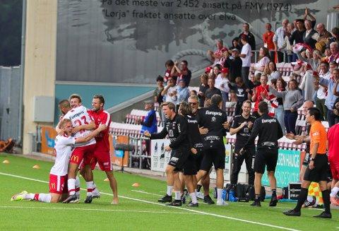 Det var elleville jubelscener da Nicolay Solberg (midt i mølja) hamret inn 2-1 for FFK på overtid. FFK sikret tre poeng mot Sogndal, en ytterst viktig seier.